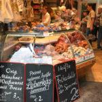 Eine der zahlreichen Fleischereien am Viktualienmarkt in München