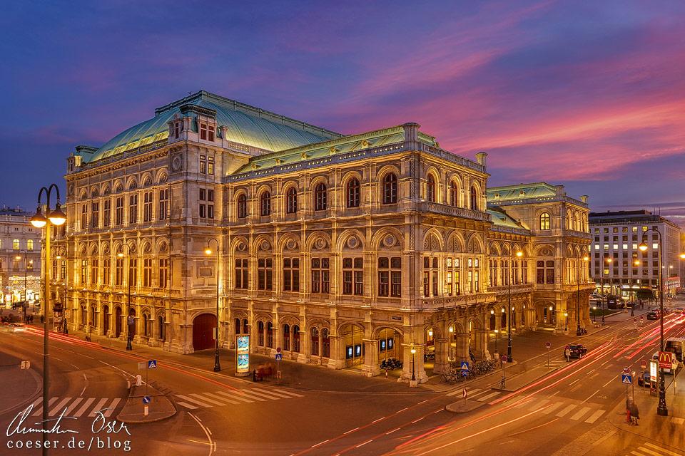 Rückseite der Wiener Staatsoper während eines Sonnenuntergangs