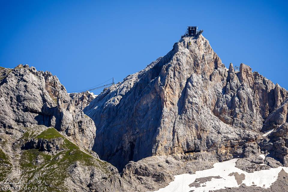 Blick von der Talstation Türlwandhütte auf die Bergstation Hunerkogel der Dachstein-Südwandbahn