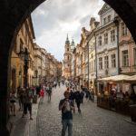Blick auf die Straße Mostecká im Stadtteil Malá Strana (Prager Kleinseite)