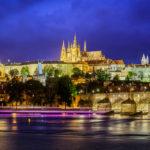 Abendaufnahme der Karlsbrücke und der Prager Burg