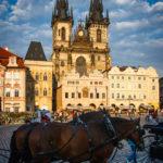 Ein Fiaker vor der Teynkirche auf dem Altstädter Ring