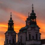 Die St.-Nikolaus-Kirche (Kleinseite) während des Sonnenuntergangs