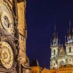 Das Altstädter Rathaus mit der astronomischen Aposteluhr und die Teynkirche