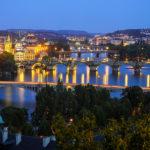 Prager Brückenpanorama während der blauen Stunde