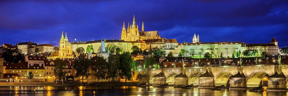 Prager Burg und Karlsbrücke während der blauen Stunde