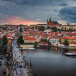 Blick vom Altstädter Brückenturm auf die Karlsbrücke und die Prager Burg