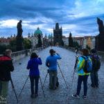 Fotografen auf der Karlsbrücke kurz vor Sonnenaufgang