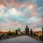 Die Karlsbrücke zum Sonnenaufgang mit Blick Richtung Altstadt