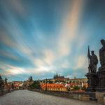 Langzeitbelichtung der Karlsbrücke zum Sonnenaufgang mit Blick Richtung Prager Burg