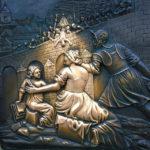 Die Gussplatte aus Bronze unter der Statue des Hl. Nepomuk auf der Karlsbrücke zeigt den Todessturz Nepomuks 1393