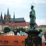 Blick von der Karlsbrücke in Richtung der Prager Burg mit der Statue des Hl. Nepomuk im Vordergrund