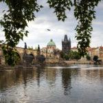Die Karlsbrücke und der Altstädter Brückenturm vom Ufer aus gesehen