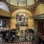 Das umgedrehte Reiterdenkmal des Heiligen Wenzel in der Passage Lucerna