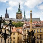 Blick auf die Prager Burg vom Haupteingang der St.-Nikolaus-Kirche aus gesehen