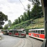 Die Straßenbahnlinie 22 auf dem Weg bergauf zur Prager Burg