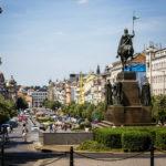 Übersichtsblick auf den Wenzelsplatz mit der Reiterstatue im Vordergrund