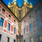 Spiegelung des Veitsdom auf der Prager Burg