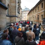 Warteschlange vor dem Veitsdom auf der Prager Burg