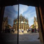 Blick vom Eingang der St.-Georgs-Basilika auf den Veitsdom