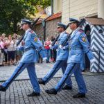 Wachablösung am Eingangstor der Prager Burg