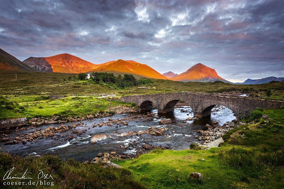 Sligachan Bridge in der Abendsonne in Schottland