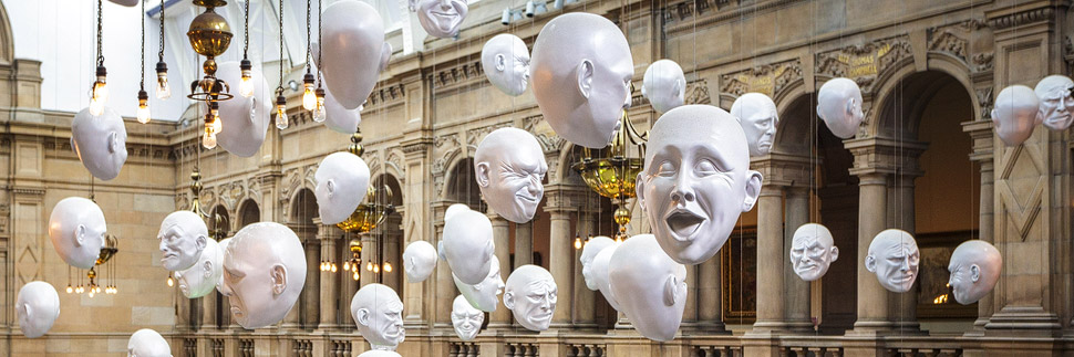 Floating Heads in der Kelvingrove Art Gallery