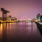 Nachtansicht der Clyde Waterfront mit dem Finnieston Crane und der Brücke The Clyde Arc
