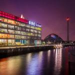 Nachtansicht der Clyde Waterfront mit der Zentrale von BBC Scotland und dem Glasgow Science Centre