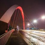 Nachtansicht der modernen Brücke The Clyde Arc in Glasgow