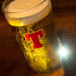 Ein Pint Tennants-Bier im Pub The Lauders in Glasgow