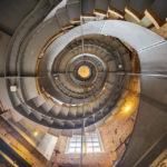 Das imposante Stiegenhaus im Gebäude The Lighthouse