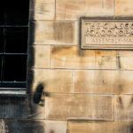 Eine Steinplatte mit der Aufschrift The Glasgow School of Art