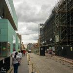 Rechts das eingerüstete Gebäude der Glasgow School of Art, links der moderne Zubau
