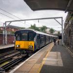 Ein Regionalzug in der Station Bridgeton in Glasgow