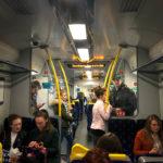 Blick in einen Regionalzug in Glasgow