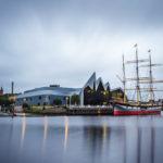 Abenddämmerung beim Riverside Museum mit dem Tall Ship davor