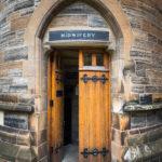 Kleiner Nebeneingang zur Universität von Glasgow