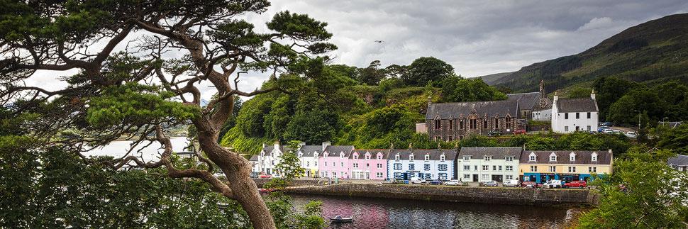 Häuserzeile in Portree auf der Isle of Skye