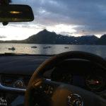 Blick aus dem Auto auf den Strand von Elgol und das Bergmassiv Black Cuillin