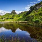 Spiegelung des Felsens Castle Ewen im Tal Fairy Glen auf der Isle of Skye