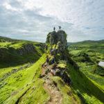 Der imposante Fels Castle Ewen im Tal Fairy Glen auf der Isle of Skye