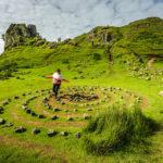 Von Besuchern angelegte Steinspiralen im Tal Fairy Glen