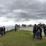 Touristen auf der Aussichtsplattform Kilt Rock/Mealt Falls