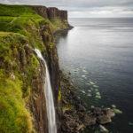 Der Wasserfall Mealt Falls mit dem Kilt Rock im Hintergrund