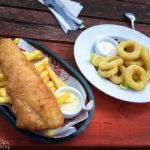 Fish&Chips sowie Tintenfischringe im Orasay Tearoom im Hafen von Uig
