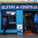 Ein Fish&Chips-Laden im Hafen von Portree