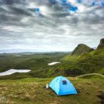 Camper in der Landschaft rund den Quiraing