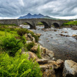Die Sligachan Old Bridge mit dem Black-Cuillin-Bergmassiv dahinter
