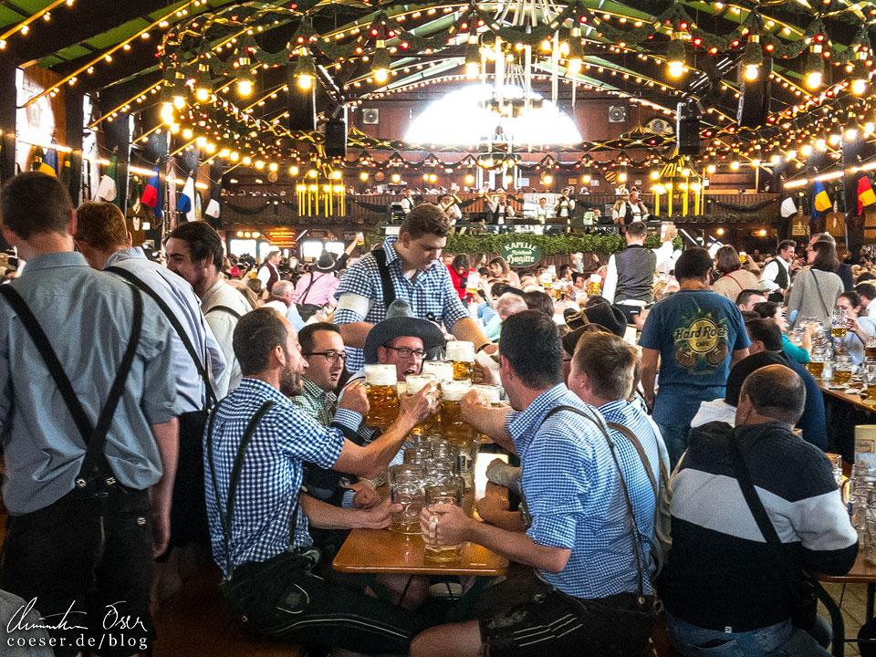 Bierkonsum in der Augustiner-Festhalle während des Münchner Oktoberfest